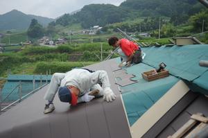 屋根葺き作業中